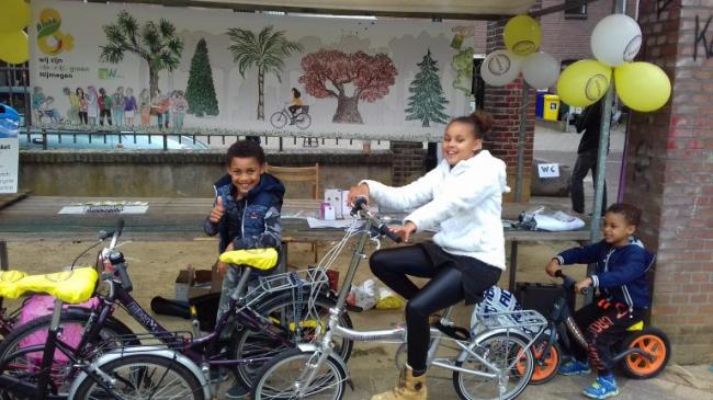 Kleurrijk fietsen op het Afrika-Festival